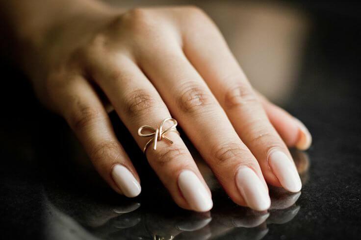 женское кольцо на руке