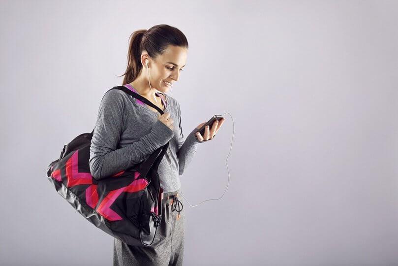 девушка со спортивной сумкой